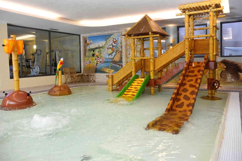 Alpholiday dolomiti hotel per bambini in montagna a - Hotel corvara con piscina interna ...