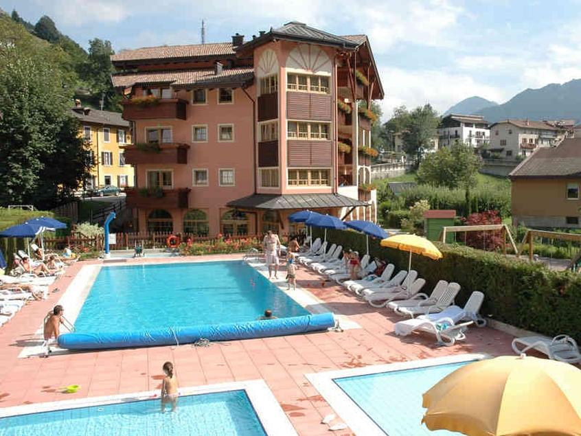 Hotel adriana hotel per bambini in montagna a ledro its4kids - Appartamenti in montagna con piscina ...