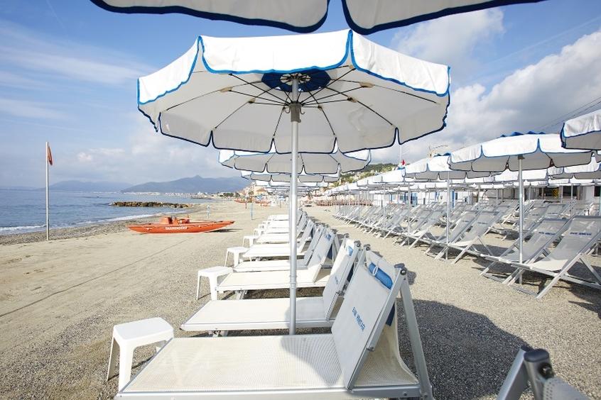 La spiaggia del Residence Hermitage a Pietra Ligure - Vacanze con i bambini in Liguria