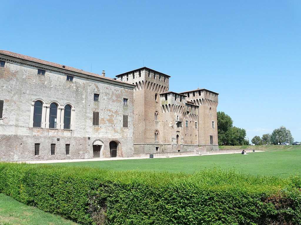 Giocare sul prato di palazzo Ducale e castello San Giorgio per visitare Mantova con i bambini